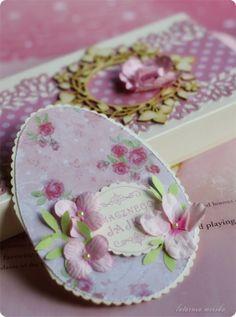 kartki w kształcie jajka z papierowymi kwiatkami, stemplem odbitym tuszem