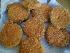 Fabulosa receta para Tomates verdes fritos (cosecha propia). Riquísimos!!!!!!...los acompañé con rehogado de acelga, cebolla y tomates en aceite, agua, sal y pimienta.