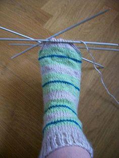 Chaussettes à 4 aiguilles, Modèle de tricot - Loisirs créatifs Knit Mittens, Knitting Socks, Free Knitting, Baby Knitting, Knitting Patterns, Diy Baby Socks, Food Socks, Diy Crafts Knitting, Craft Patterns