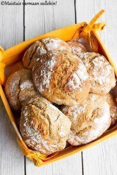 Kiitos erään lukijani, sain tänään aloittaa aamuni uunituoreilla sämpylöillä. Ja minkälaisilla sämpylöillä! Ihanan rapeakuorisilla sämpyl... Bread Recipes, Cooking Recipes, Salty Foods, Daily Bread, Sweet And Salty, No Bake Desserts, Bread Baking, Food And Drink, Snacks