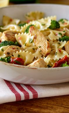 Pasta with Chicken and Broccoli – ...Cut chicken into ½ inch wide strips. In a large skillet, heat the oil over medium heat. Saute the garlic for about 1 minute, until golden, stirring constantly. Add the chicken strips and sauté until white and almost completely cooked. Add the broccoli and sauté until crisply tender, then add the tomatoes, basil, red pepper flakes, salt and pepper... Click the image to view the full recipe. #75minmeal