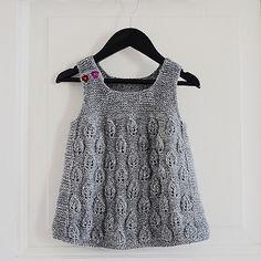 Ravelry: Lille konglekjolen pattern by Pinneguri Girls Knitted Dress, Knit Baby Dress, Crochet Baby Clothes, Baby Cardigan, Baby Boy Knitting Patterns, Knitting For Kids, Apple Dress, Diy Dress, Baby Sweaters