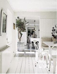 Familjen Khan har för länge sedan tappat räkningen på hur många burkar vit färg de använt i huset i...
