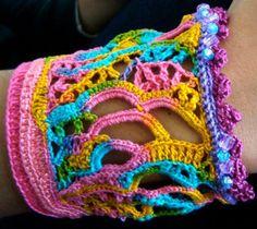 Fuente: https://www.etsy.com/listing/86882955/cuff-crochet-freeform-rainbow?ref=related-1
