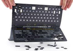 iFixit Teardown iPad Pro Apple Smart Keyboard - https://apfeleimer.de/2015/11/ifixit-teardown-ipad-pro-apple-smart-keyboard - Wie bei jedem neuen iOS-Device liefern die Bastler von iFixit einen Teardown und zerlegen das Gadget oder iOS-Gerät in seine Einzelteile. So wollen die Tüftler herausfinden, ob und wie das entsprechende Gerät vom Profi oder auch Laien repariert werden kann. Ohne jetzt zu viel verraten zu wollen, ...