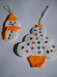 How to make a snowman and Christmas tree out of recycled bottle caps Recycled Christmas Decorations, Kids Christmas Ornaments, Diy Christmas Tree, Plastic Bottle Caps, Make A Snowman, Crafts For Kids, Presto, Pane, Winter Holiday