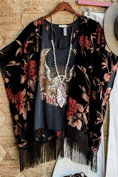 Just Move Along Floral Velvet Kimono - Black - Ropa embroidery sweets embroidery inspiration embroidery beautiful Boho Outfits, Pretty Outfits, Cute Outfits, Fashion Outfits, Boho Fashion Over 40, Autumn Fashion, Rustic Fashion, Mode Kimono, Mode Plus