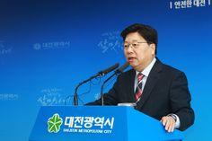 9일 시청 기자회견장에서 상수도 고도정수처리시설 민간투자사업 계획 철회의 뜻을 밝히는 권선택 대전시장