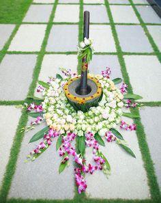 Desi Wedding Decor, Wedding Stage Design, Wedding Hall Decorations, Marriage Decoration, Rangoli Designs Flower, Flower Rangoli, Flower Centerpieces, Flower Decorations, Indian Wedding Flowers