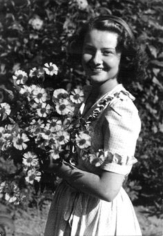 vintage everyday: Rare Photos of a Young Audrey Hepburn Before She was Famous Audrey Hepburn Outfit, Young Audrey Hepburn, Audrey Hepburn Photos, Aubrey Hepburn, Audrey Tautou, Family Photo Album, Family Photos, Fair Lady, Norma Jeane
