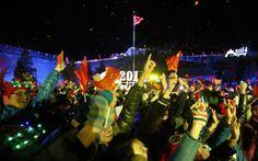 Pessoas celebram a chegada do novo ano perto da Grande Muralha em Pequim.