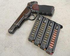 Пистолет Стечкина   Принят на вооружение он был в декабре 1951 года и целое десятилетие не имел аналогов в мире. Стечкин полюбился не только в СССР. Фидель Кастро спал со «Стечкиным» под подушкой, любил этот пистолет и Че Гевара.