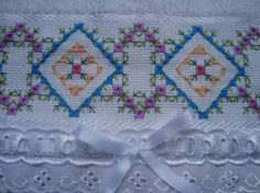 Resultado de imagem para bordado em ponto crivo Embroidery Needles, Hand Embroidery, Bargello, Rococo, Needle And Thread, Blackwork, Needlepoint, Gingham, Cross Stitch