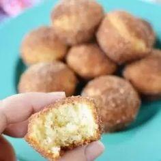 Mini Donut Muffins - Easy Cinnamon Sugar Mini Donut Muffins Blueberry Oat Muffins, Cinnamon Sugar Muffins, Cinnamon Sugar Donuts, Cinnamon Recipes, Corn Dog Muffins, Donut Muffins, Mini Donuts, Baked Donuts, Muffin Tin Recipes