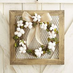 Farmhouse-style Cotton and Chicken Wire Framed Door Hanger and Wreath. Rustic Kitchen decor or living room decor. Chicken Wire Crafts, Chicken Wire Frame, Rustic Kitchen Decor, Farmhouse Decor, Farmhouse Style, Diy Décoration, Diy Crafts, Picture Frame Crafts, Cotton Wreath