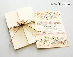 Somon ve pembe tonlarında bahar dalları ile süslenen bu davetiye, kır düğünleri için hoş bir seçim olacaktır. #davetizm #davetiye #wedding #invitation