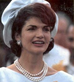 Jackie Kennedy wearing her famous 3 strand pearl necklace. Jackie Kennedy Style, Jacqueline Kennedy Onassis, Jackie Jackie, Les Kennedy, John Kennedy, Jaclyn Kennedy, Iconic Women, Famous Women, Real Women