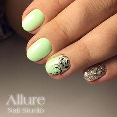 Салатовый маникюр на коротких ногтях с блестками и вензелями.