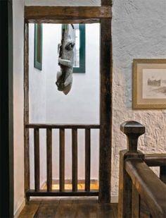 Ao lado do hall da escada, há um espaço de ventilação, para onde dão as janelas dos banheiros e do closet do casal; ali descansa, pendurada, a preguiça esculpida por Roberto Vital.