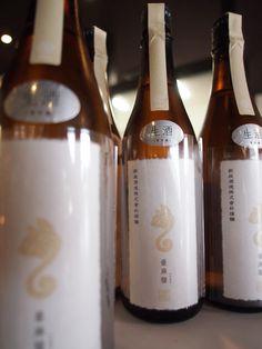 亜麻猫 特別純米生 新政酒造 酒造業界を動かした一本。それが白麹を使用して作り上げた亜麻猫。この仕上がりは他の追随を許さない。