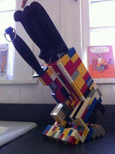 cuchillero hecho con Legos de colores