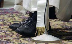 El Papa Francisco mantuvo una audiencia con periodistas de todo el mundo, llamó la atención quesigausando sus viejos zapatos, en lugar de los púrpurastradicionales enlos Papas.