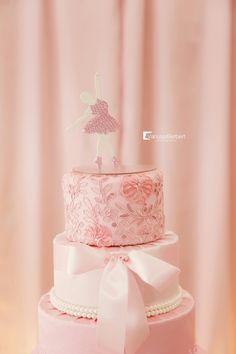 Detalhe do topo de bolo feito com renda