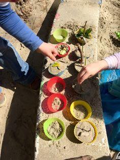 buiten muffins maken in de zandbak - de spelende kleuter