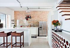 cozinha moderna com parede de tijolos de demolição