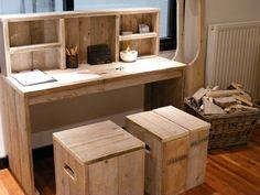 Bureau tafel van oud gebruikt steigerhout met opzet kast, met bijpassende krukken.