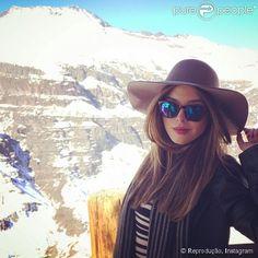 Giovanna Lancellotti posou usando um chapéu durante um passeio pela região do Valle Nevado, no Chile