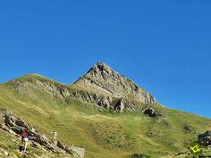 La ascensión al Monte Ori desde el puerto de Larrau nos da la oportunidad de coronar esta bella cima conocida también como Pico Orhi una gran montaña de los Pirineos navarros