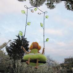 Zelenkavá+víla+houpací+Plstěná+vílenka+na+drátované+houpačce,ozdobené+skleněnými+korálky.+Kouzelná+dekorace+k+zavěšení