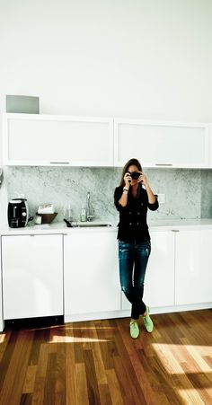 Love the mint shoes. Kitchen Interior, Interior And Exterior, Kitchen Design, Studio Kitchen, Kitchen Floor, Interior Design, Decoration Inspiration, Style Inspiration, Mint Shoes