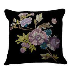 podria forrar almohadas de negro y bordar rosas rojas o flores de colores llamativos