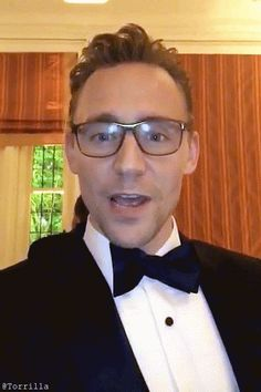 Tom Hiddleston at the 102nd White House Correspondents' Association Dinner on April 30, 2016. Gif by Torrilla  http://m.weibo.cn/status/4102383003420117