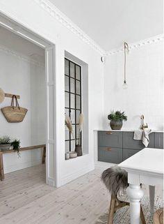 Design blanc et bois dans un appartement suédois - PLANETE DECO a homes world Kitchen Interior, Home Interior Design, Scandinavian Interior Design, Nordic Design, Kitchen Decor, Küchen Design, House Design, Deco Design, Country Look