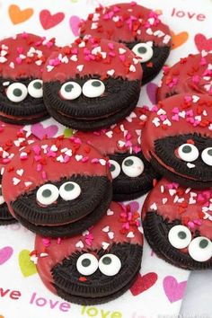 No-Bake Edible Valentine's Day Crafts with Food Love Bug OREOs. Preschool, Elementary Classroom Ideas and Valentine parties, we have the best No-Bake Edible Valentine's Day Crafts (that incorporate food!) These Valentine's Day recipes are. Valentine Desserts, Valentines Day Cookies, Valentines Healthy Snacks, Kinder Valentines, Valentines Day Activities, Valentines Day Treats, Valentine Day Crafts, Valentine Food Ideas, Valentines Baking
