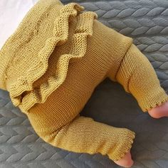 Knitted Children Trousers Models – Daily Posts for Women Girls Knitted Dress, Knit Baby Dress, Knitted Baby Clothes, Knit For Baby, Baby Vest, Baby Pants, Kids Pants, Knitting For Kids, Baby Knitting Patterns