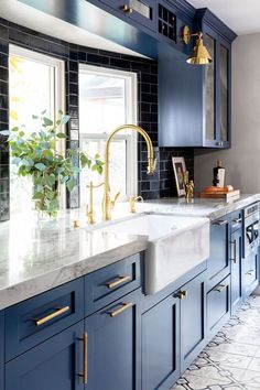 45 Modern Kitchen Interior Ideas That Inspire Dark Blue Kitchen Cabinets, Dark Blue Kitchens, Farmhouse Kitchen Cabinets, Kitchen Cabinet Colors, Modern Farmhouse Kitchens, Home Kitchens, Kitchen Counters, Kitchen Backsplash, Timeless Kitchen Cabinets