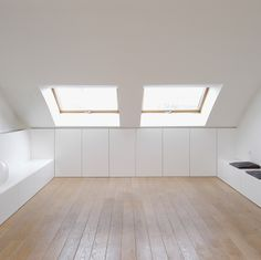 Finishing in a sentence with a skin of wood, photo Toon Grobet, . Attic Bedroom Small, Attic Rooms, Attic Spaces, Loft Room, Bedroom Loft, Room Interior, Interior Design Living Room, Interior Design Minimalist, Loft Storage