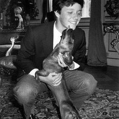 A young Frederik cuddling with the royal dachshund Balthazar back in the 80's #kronprinsfrederik #crownprincefrederik #hofhund #balthazar #dachshunds #gravhund #love #the80s