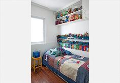 As paredes do quarto são pintadas até a metade de branco e o restante com a cor preferida da filha da moradora. A cabeceira estofada dá um charme a mais ao dormitório, decorado pela arquiteta Andrea Murao
