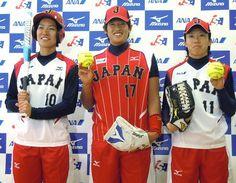 野球日本代表と同じ「JAPAN」ロゴのユニホームを披露したソフトボール女子日本代表の上野由岐子(中央)ら=23日、東京・岸記念体育会館 ▼23Jun2014時事通信|日本代表の上野が抱負=ソフトボール http://www.jiji.com/jc/zc?k=201406/2014062300820