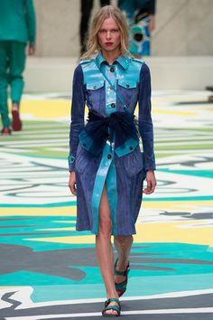 Свою новую коллекцию для дома моды Burberry Prorsum Кристофер Бейли назвал «Птицы и пчелы». Классические «фирменные» тренчи и платья, расшитые огромными пайетками, сумки и джинсовые курточки на подкладе, пояса-банты и юбки из тюля –
