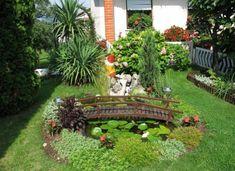 ein minimalistischer Garten mit kleinen Seerosen und viel Grün Teich mit Brücke