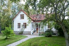 Fantastisk liten veranda, som man inte får amerikanska vibbar av Swedish House, Swedish Farmhouse, Cracker House, Scandinavian Home, House Extensions, White Houses, Interior Garden, Stylus, House Rooms