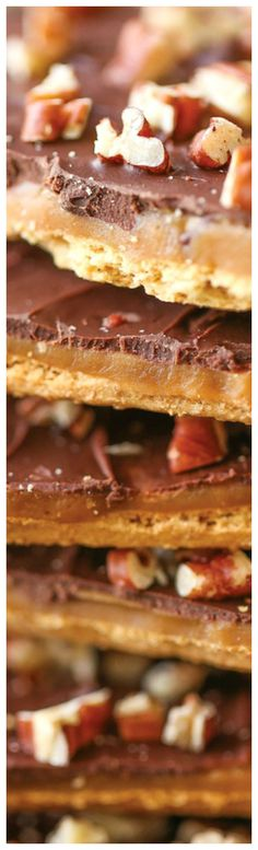 So crisp, so buttery and just so darn addictive! A must for the holidays. And it's SO MUCH EASIER to make than you think. Graham Cracker Toffee, Graham Cracker Recipes, Graham Crackers, Easy Desserts, Delicious Desserts, Yummy Food, Easy Sweets, Tasty Snacks, Christmas Desserts