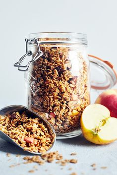 Apples and cinnamon are classic fall flavors, and they both come together to create this delicious homemade granola recipe. Cinnamon Granola Recipe, Cinnamon Recipes, Apple Cinnamon, Apple Recipes, Paleo Treats, Healthy Snacks, Healthy Recipes, 21 Day Fix Breakfast, Breakfast Ideas