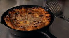 How to Make Chicago-Style Pizza aka Deep Dish Pizza. Learn how to make Chicago-style pizza, also known as deep dish pizza, in this Howcast food video. http://keeplookingbusy.com/itemDetails.aspx?id=B00HE0XMNG
